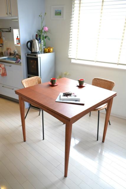 ヴィンテージデザインのダイニングテーブル
